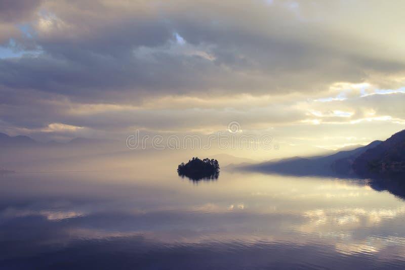 Le lac au coucher du soleil photographie stock libre de droits