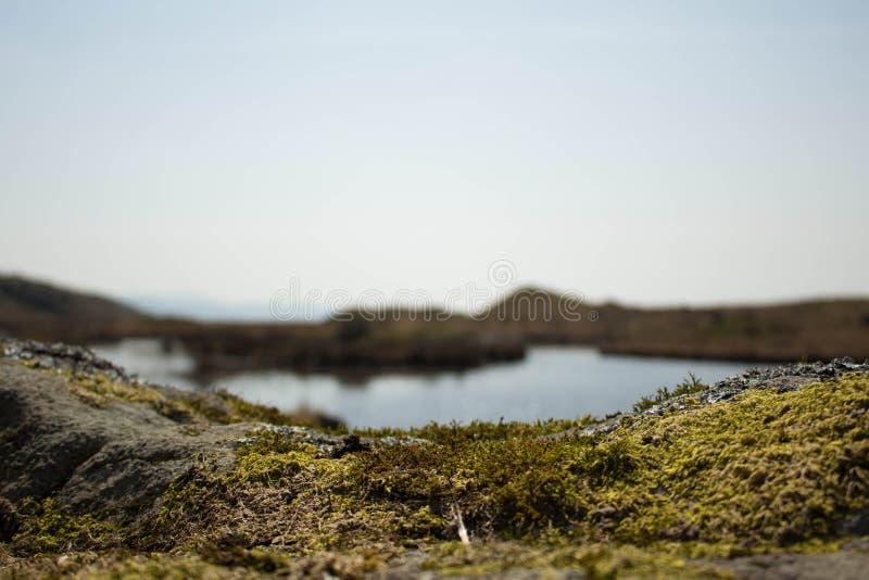 Le lac au-dessus des roches photo stock