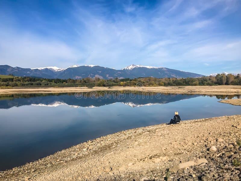 Le lac avec de l'eau clair turquoise est entouré par des montagnes Liptovska Mara Slovakia Le concept d'écologique et photos libres de droits