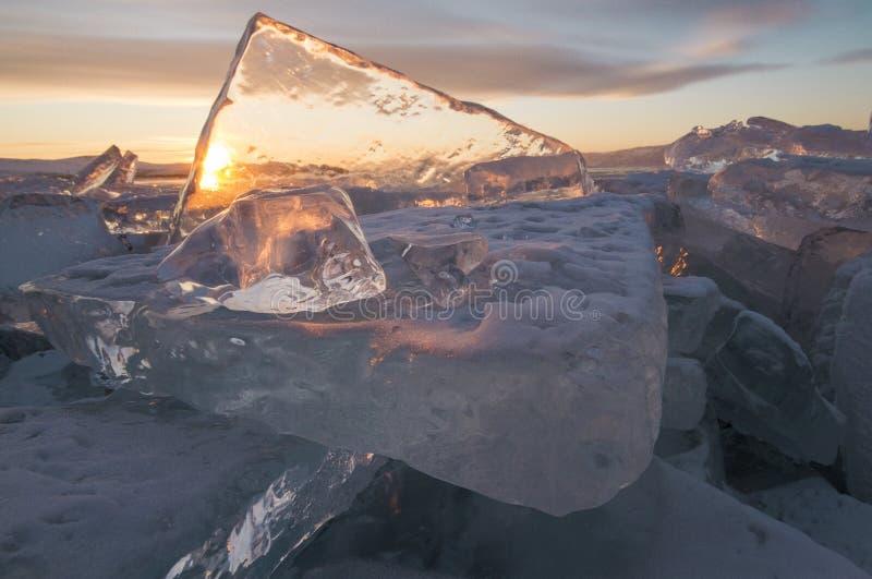 Le lac Baïkal au coucher du soleil, tout est couvert de la glace et de neige, photo stock