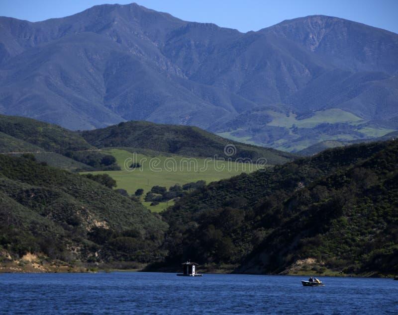 Le lac Cachuma miroite plein et bleu sous Santa Ynez Mountains photo stock