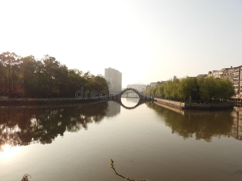 Le lac débordant et le couloir le long de la rivière en parc images stock