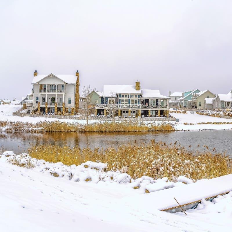 Le lac de cadre de place entouré avec la neige a couvert la terre et sous le ciel nuageux en hiver photos libres de droits