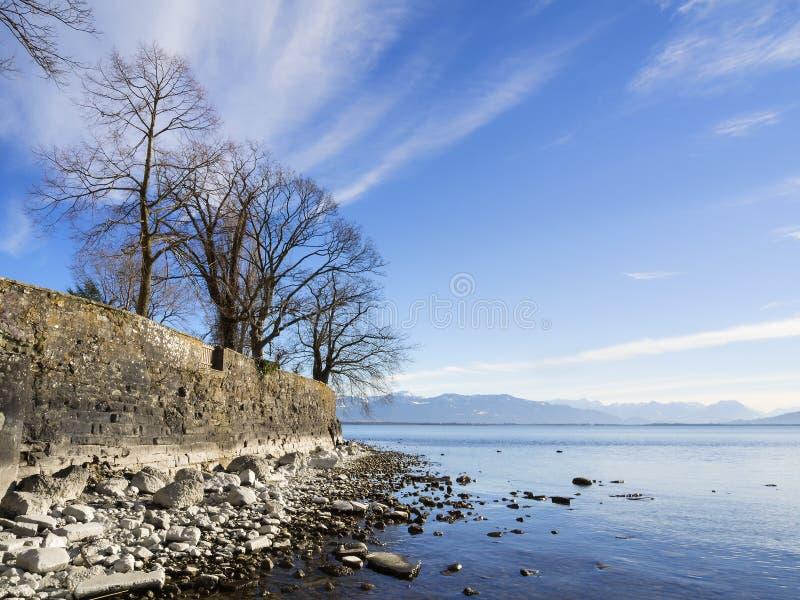 Le Lac de Constance avec des roches et des arbres photographie stock