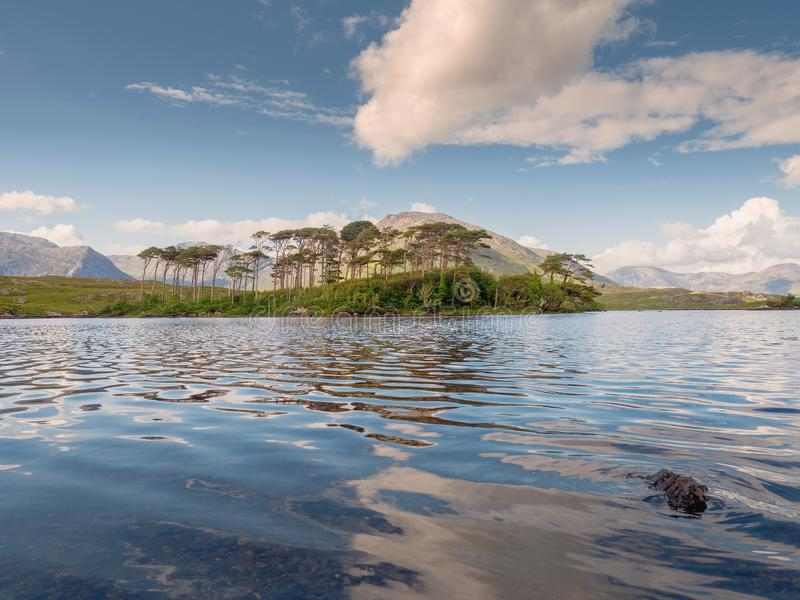 Le lac de Derryclare, douze pins aménagent en parc, jour chaud ensoleillé, ciel nuageux, comté Galway Irlande Destination de tour photos libres de droits