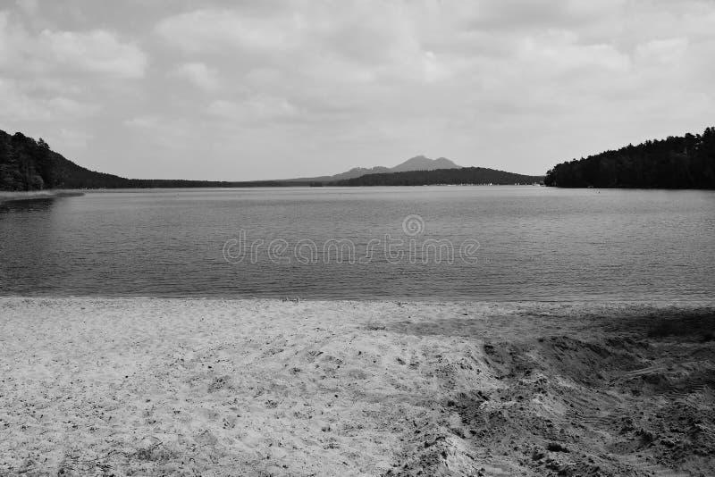 Le lac de jezero de Machovo avec le château de Bezdez sur le fond et le sable échouent dans le premier plan dans le secteur de to image libre de droits