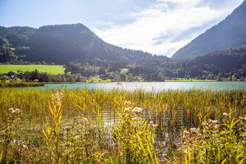Le lac de montagne Thiersee au Tyrol, Autriche Bateau avec Fisherman sur le lac photo stock