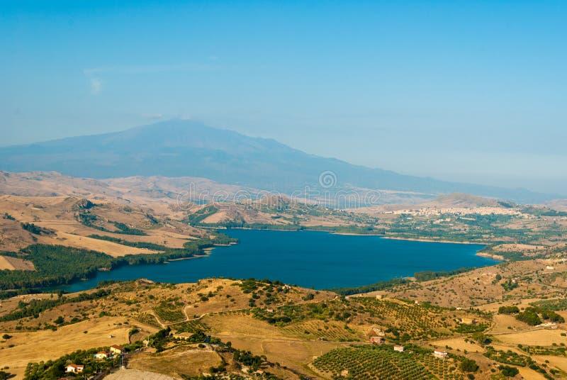 Le lac de Pozzillo, avec le volcan l'Etna à l'arrière-plan photographie stock