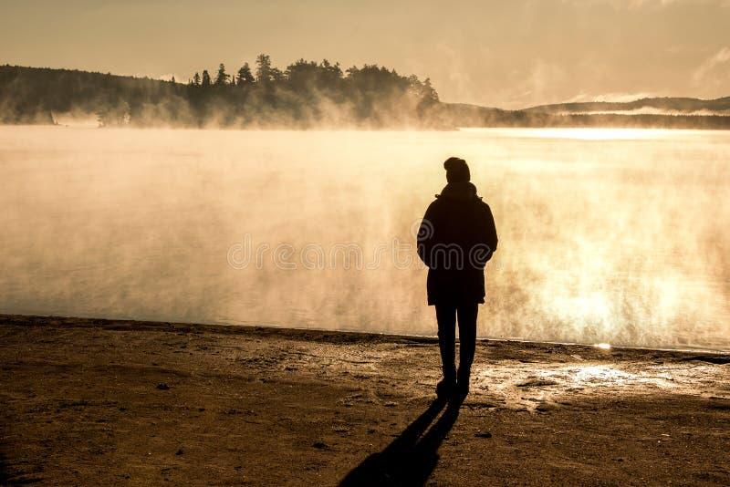 Le lac debout de belle femme de la brume de lever de soleil de regard de Canada de parc national d'algonquin de deux rivières dan images libres de droits