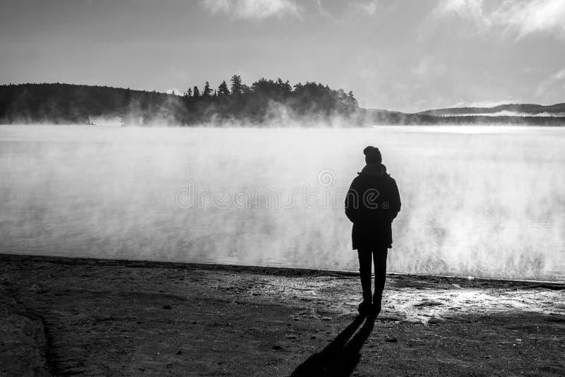 Le lac debout de belle femme de la brume de lever de soleil de regard de Canada de parc national d'algonquin de deux rivières dan images stock