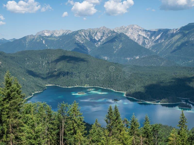 Le lac Eibsee de montagne au Tyrol, Allemagne photos stock