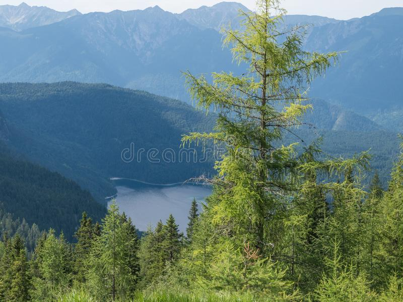 Le lac Eibsee de montagne au Tyrol, Allemagne image stock