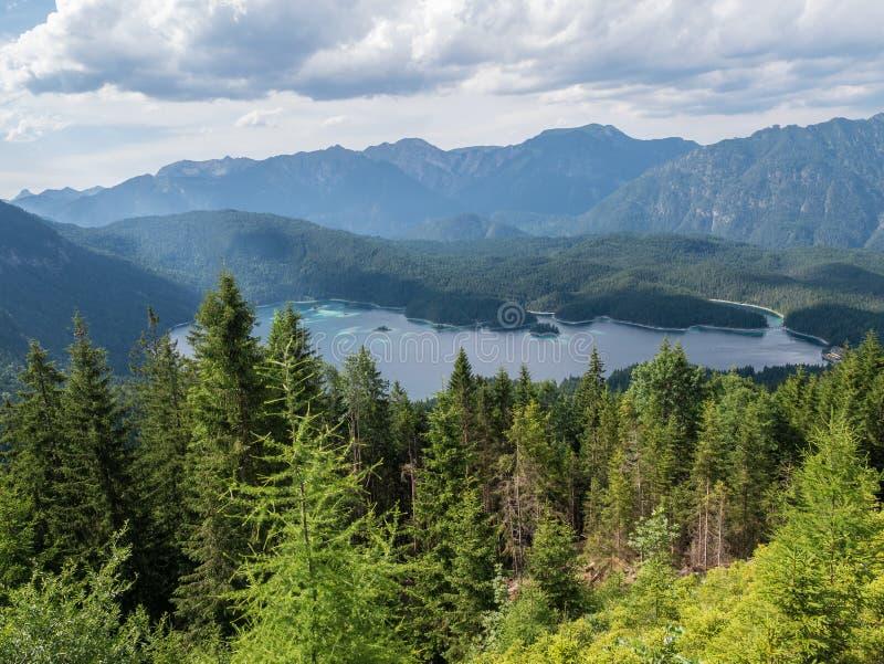 Le lac Eibsee de montagne au Tyrol, Allemagne image libre de droits