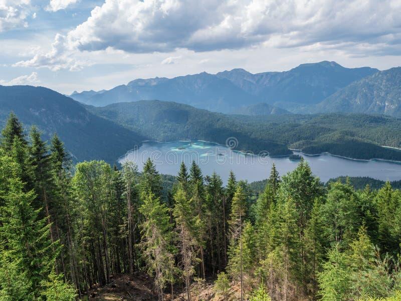 Le lac Eibsee de montagne au Tyrol, Allemagne images libres de droits