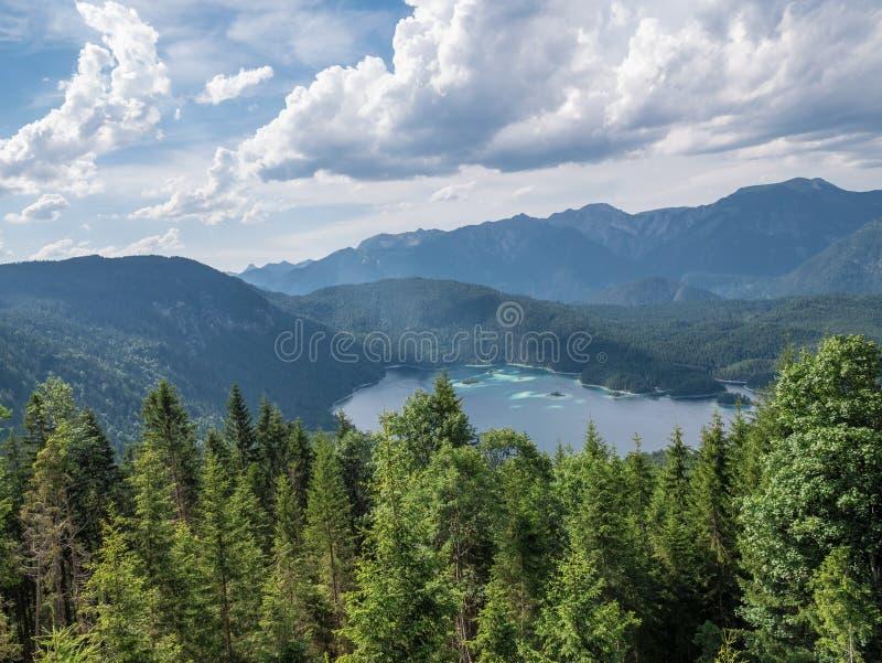 Le lac Eibsee de montagne au Tyrol, Allemagne photographie stock