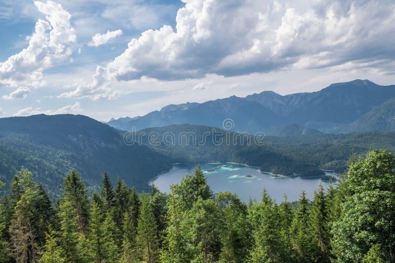 Le lac Eibsee de montagne au Tyrol, Allemagne photos libres de droits
