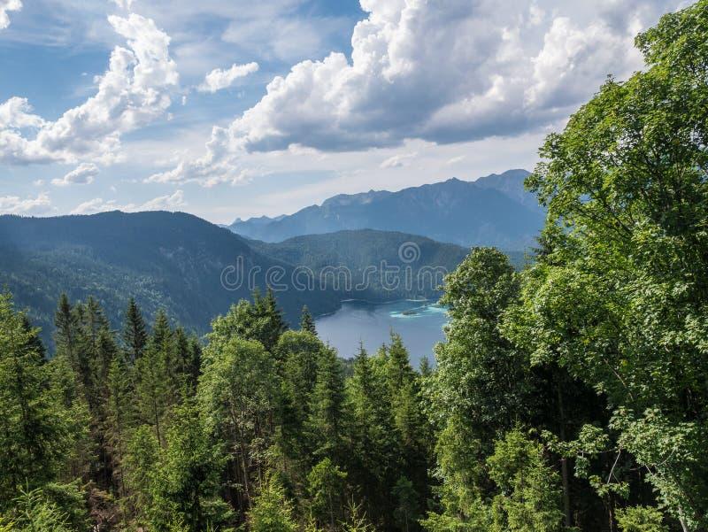 Le lac Eibsee de montagne au Tyrol, Allemagne photo libre de droits