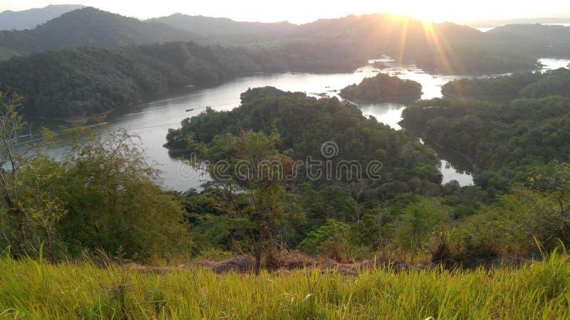 Le lac et la montagne dans la forêt avec le soleil se lèvent photo libre de droits