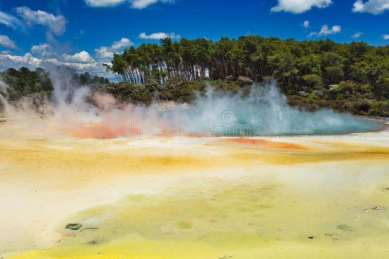 Le lac géothermique a appelé Champagne Pool à la région géothermique de Wai-O-Tapu près de Rotorua photo libre de droits
