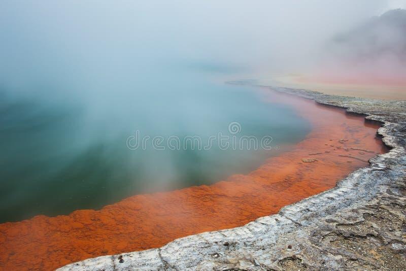 Le lac géothermique a appelé Champagne Pool à la région géothermique de Wai-O-Tapu près de Rotorua, Nouvelle-Zélande photo libre de droits