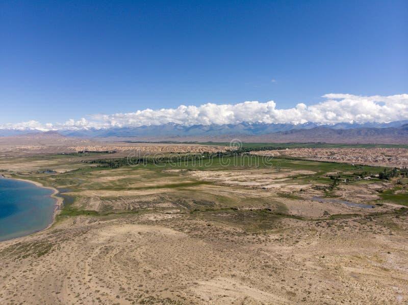 Le lac Issyk-kul kyrgyzstan Pousse de Dron Arial images libres de droits