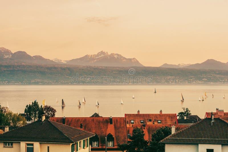 Le Lac Léman avec beaucoup de bateaux à voile au coucher du soleil photographie stock