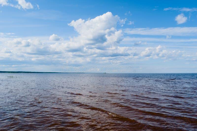 Le lac Ladoga pendant le jour ensoleillé d'été images stock