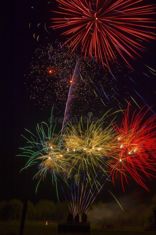 Le lac Madison et la ville de Madison, le Dakota du Sud célèbrent le 4ème juillet avec des feux d'artifice photo stock