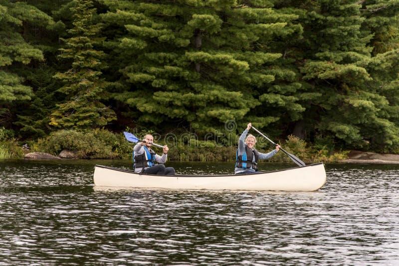 Le lac ontario de Canada de deux couples de rivières sur un canoë Canoes sur le parc national d'algonquin de l'eau photo libre de droits