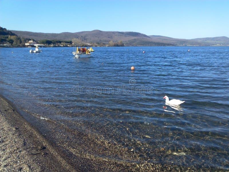 Le lac pittoresque Bracciano en Italie photos stock