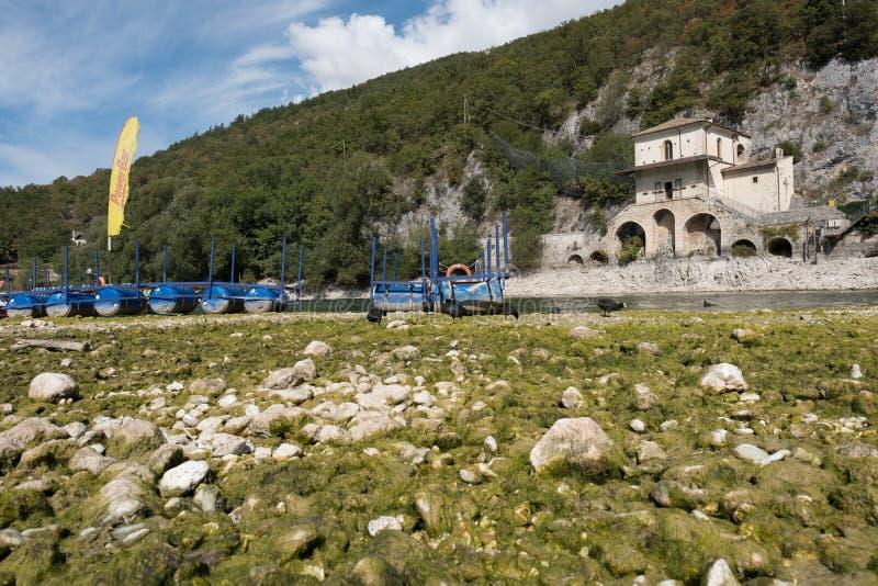 Le lac Scanno est un bijou caché au coeur de l'Italie, et lui le ` s intéressant le voir et découvrir avant tous les autres photos stock