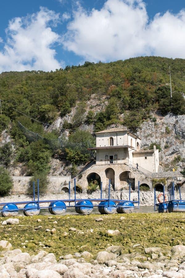 Le lac Scanno est un bijou caché au coeur de l'Italie, et lui le ` s intéressant le voir et découvrir avant tous les autres photo libre de droits