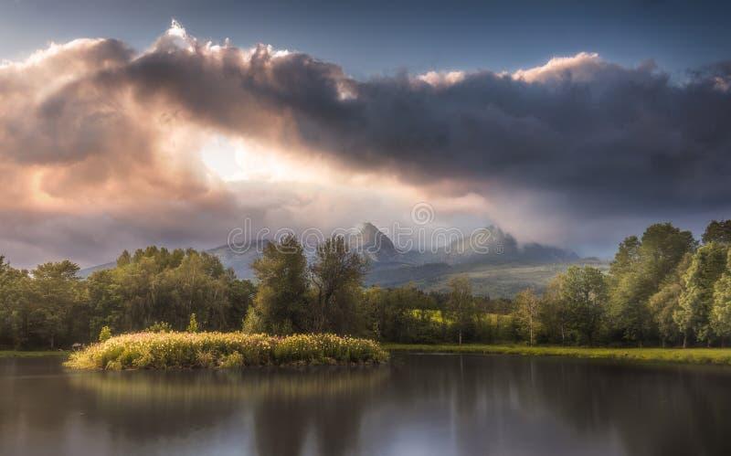 Le lac sous les crêtes au coucher du soleil photos libres de droits