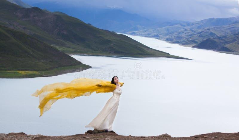 Le lac sur le plateau, jeunes femmes se tiennent dans le vent photos libres de droits