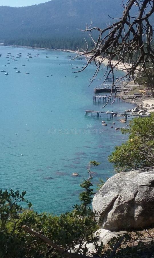 Le lac Tahoe dégagent le dessus de montagne de village de pente d'été de l'eau image libre de droits