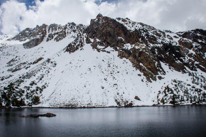 Le lac Tenaya avec la neige sur les montagnes en premier ressort ce lac alpin est en parc national de Yosemite, le long de passag photographie stock