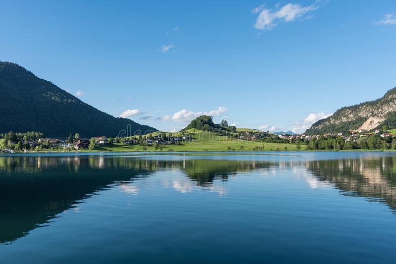 Le lac Thiersee de montagne au Tyrol, Autriche image stock
