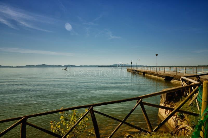Le lac Trasimeno est situé au coeur vert de l'Ombrie, Italie image stock