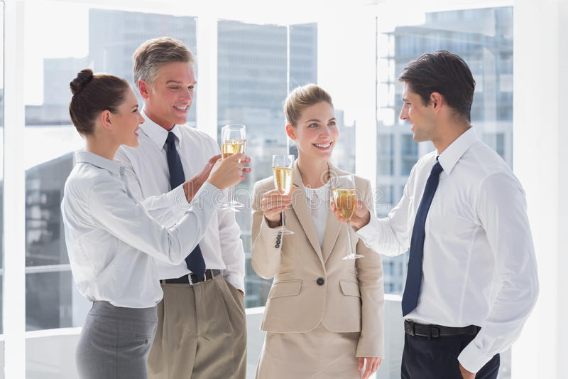 Le laget av affärsfolk som klirrar deras flöjter av champag arkivfoto