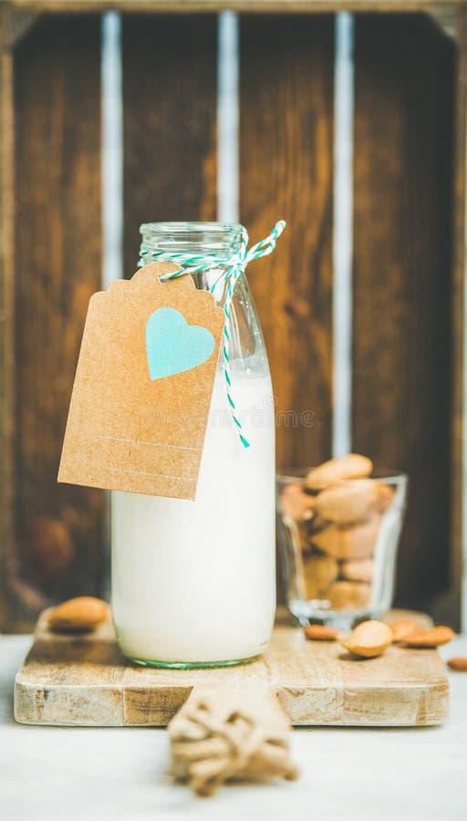 Le lait laiterie-gratuit végétarien frais d'amande a servi avec des écrous photos stock