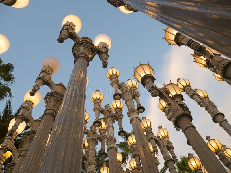 Le lampade di via antica illuminano Los Angeles al crepuscolo immagini stock