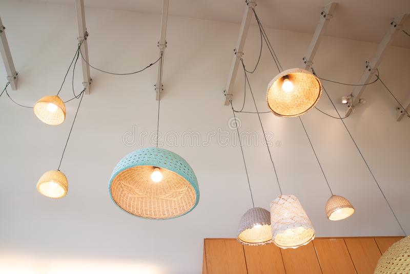 Le lampade a sospensione fatte da di bambù e da fatto a mano lavorano all'uncinetto la decorazione di progettazione fotografia stock