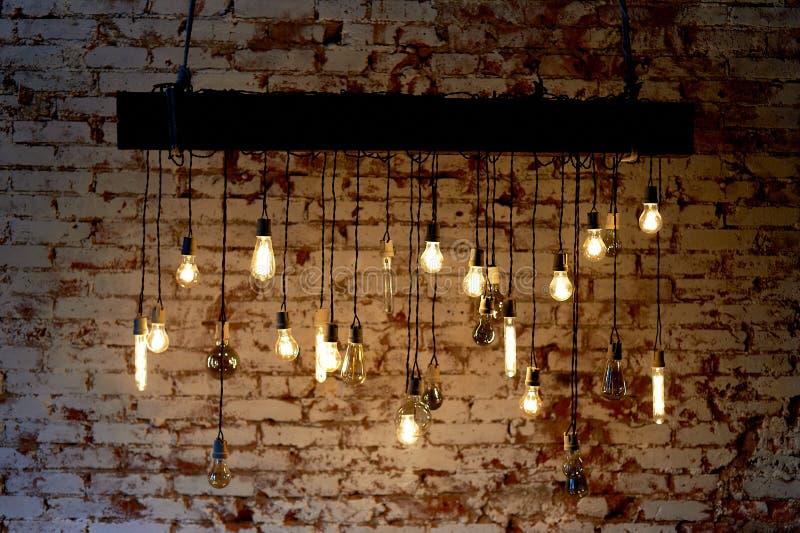 Le lampadine Erickson hanno sospeso con le cellule con l'uccello della decorazione Luce calda gialla della lampada fotografia stock libera da diritti