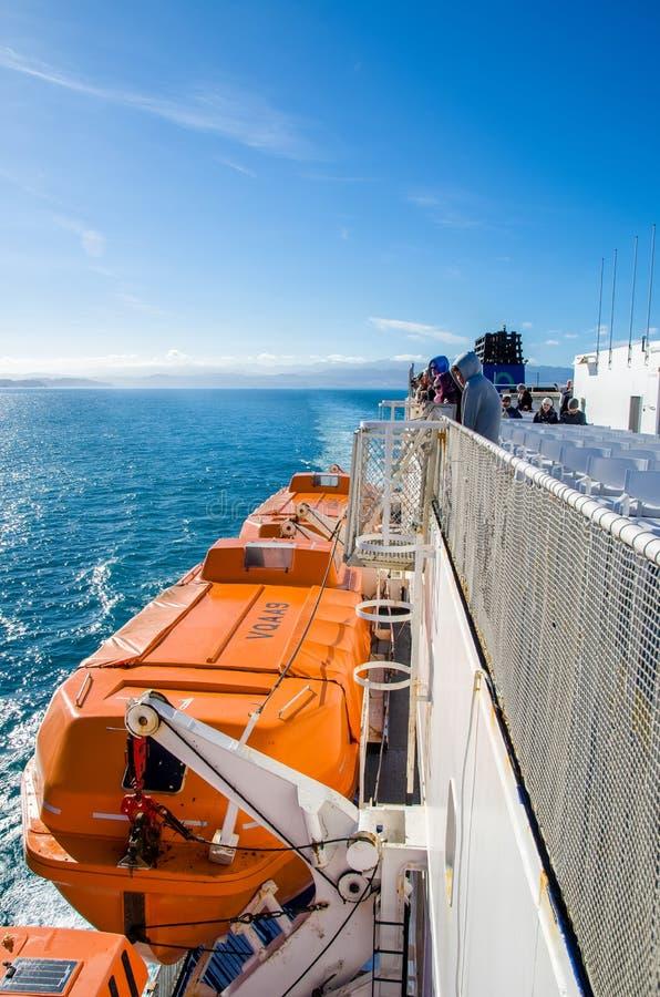 Le lance di salvataggio sul cuoco Strait del Interisander ferry in Nuova Zelanda fotografia stock