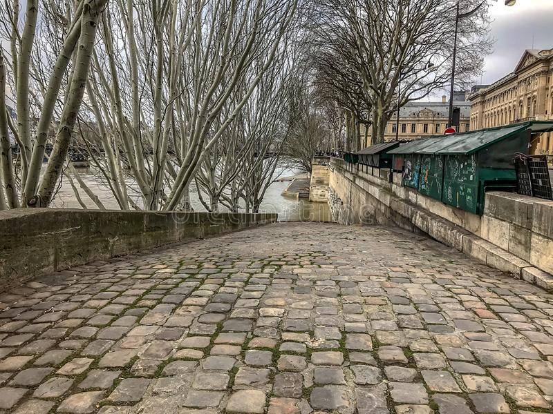 Le lancement pavé en cailloutis de bateau descend à la Seine, Paris, France, en hiver photographie stock libre de droits