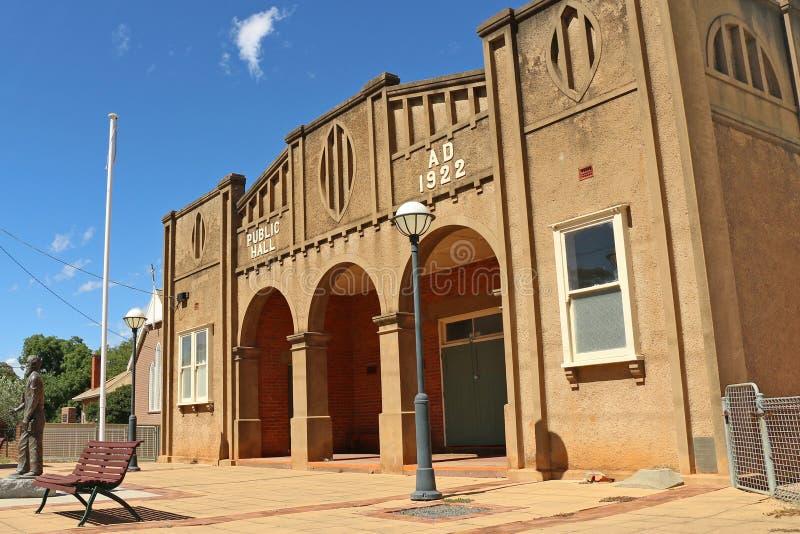 Le Landsborough hall public (1922) est un bâtiment imposant avec trois voûtes à son entrée images stock