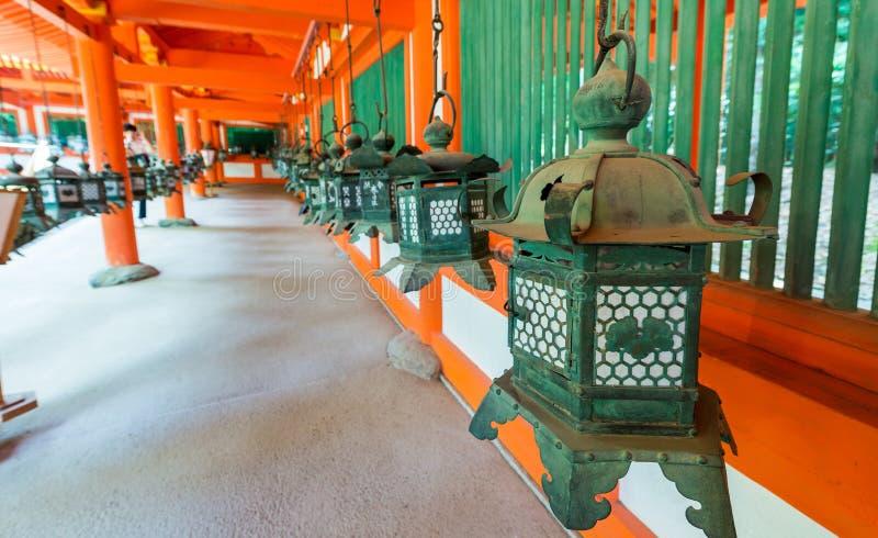 Le lanterne bronzee che appendono nei motivi di Kasuga-Taisha shrine, immagine stock libera da diritti