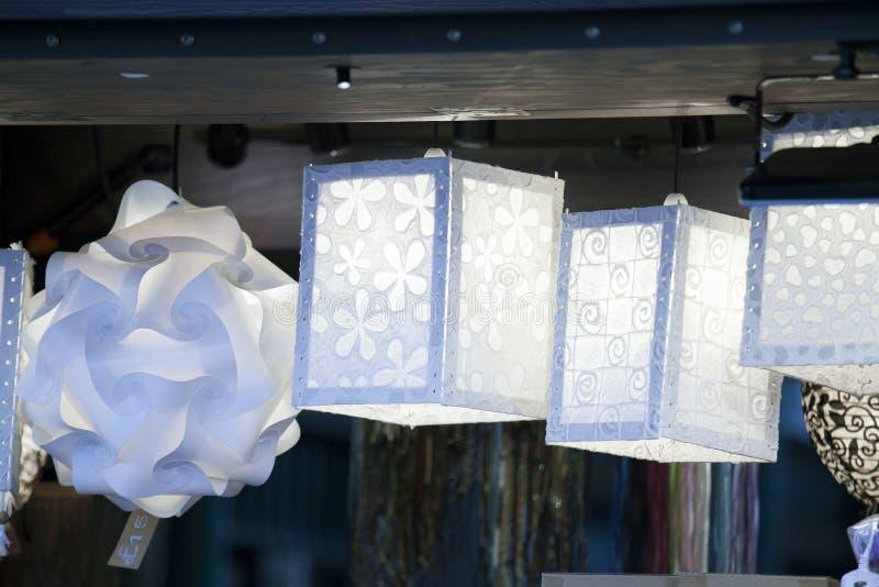 Le lanterne di carta dalla carta kraft da vendere fotografia stock libera da diritti