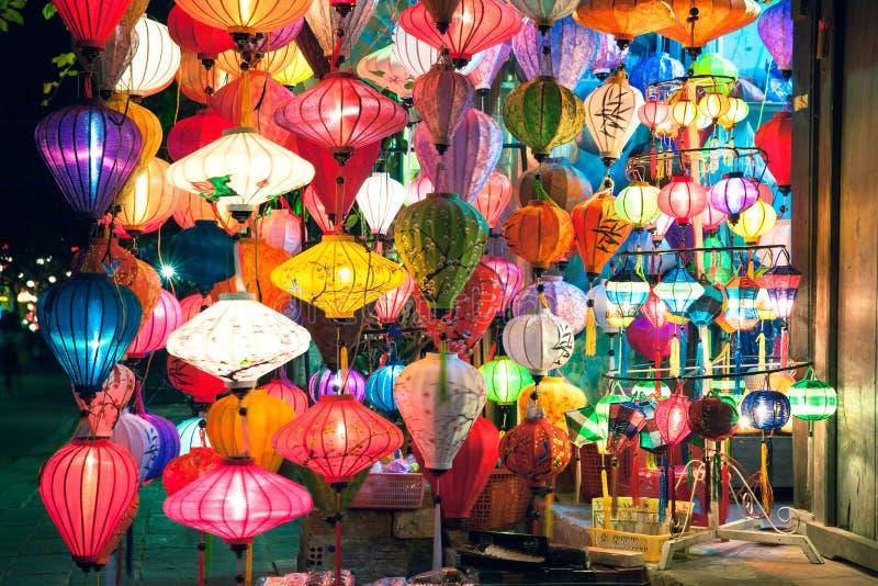 Le lanterne tradizionali comperano alla notte, Hoi An, Vietnam fotografia stock