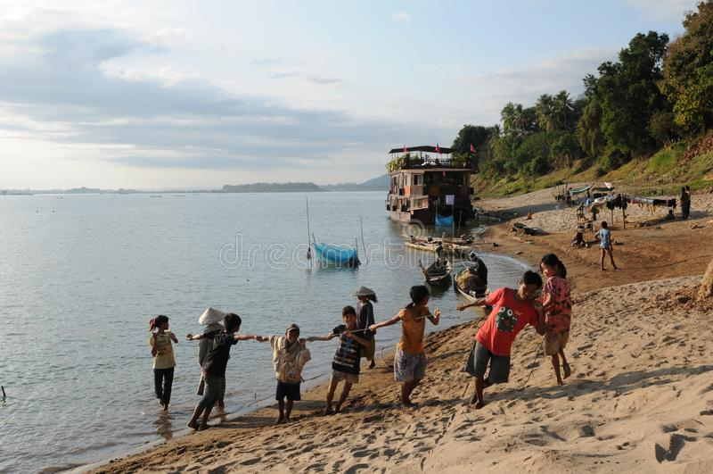 Le Laos : Hommes et enfants de Fisher vus à la croisière du Mekong entre Champasak et ville de Pakse image stock